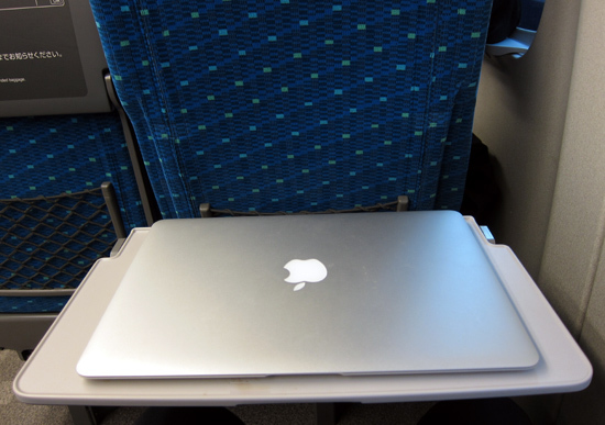 04macbookair_13inch_table_s.jpg